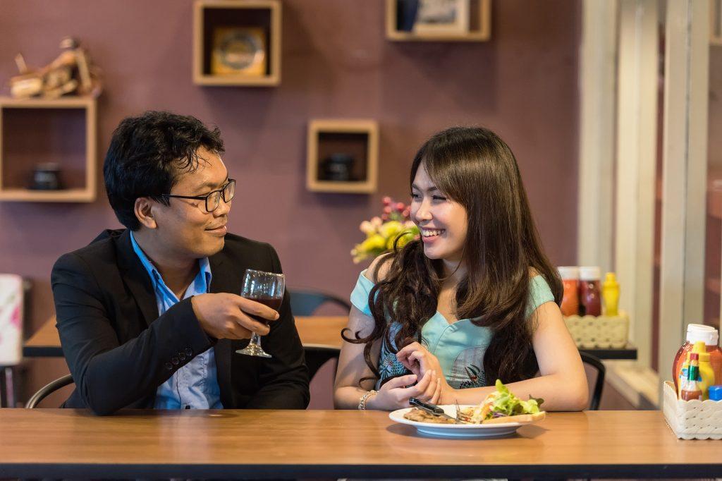 10 gute Gesprächsthemen für das erste Date