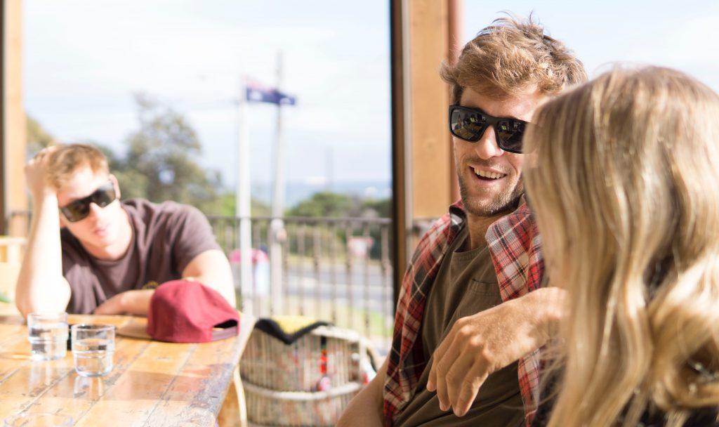 Wie zeigen Männer Interesse an einer Frau?